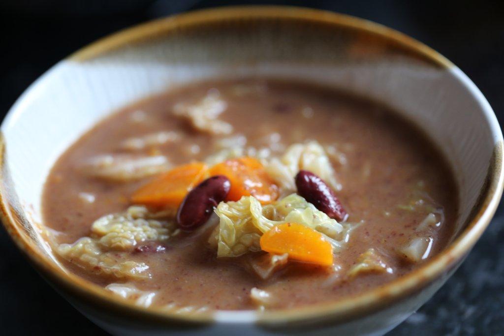 Sopa de feijão com lombarda, boa para o inverno