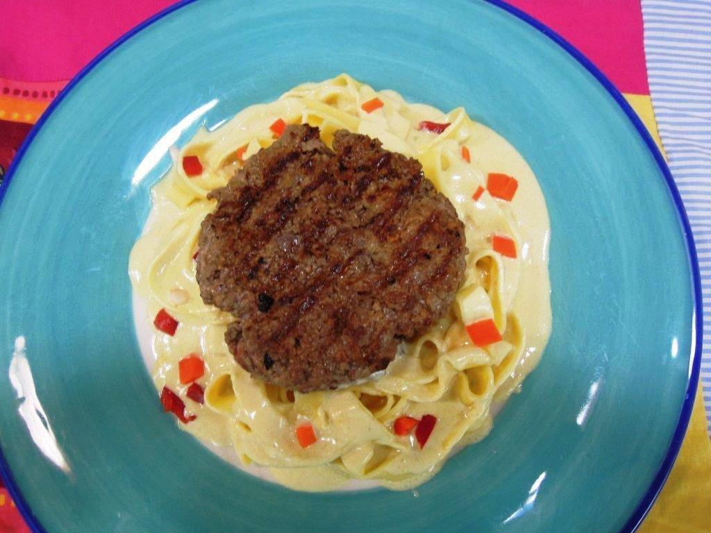 hambúrgueres com fettucine e molho de mostarda - Hambúrgueres com fettucine e molho de mostarda