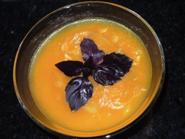 Sopa de cenoura com manjericão