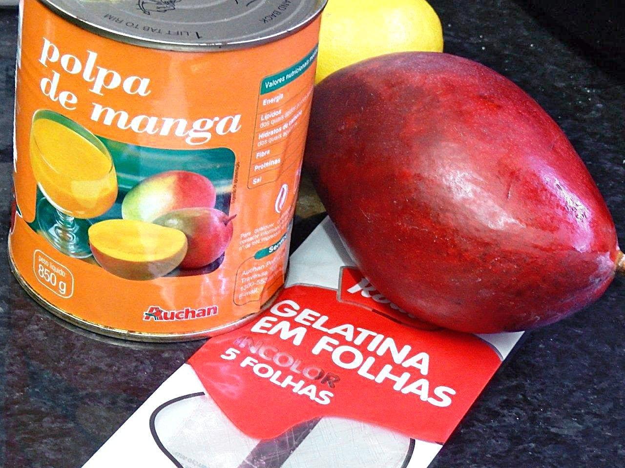 gelatina e manga com polpa de manga - Grafe e Faca. pudim frio de manga com molho de morango - Pudim frio de manga com molho de morango