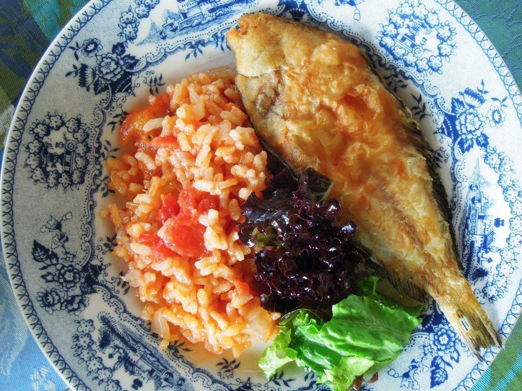 Azevias fritas com arroz de tomate, um petisco delicioso