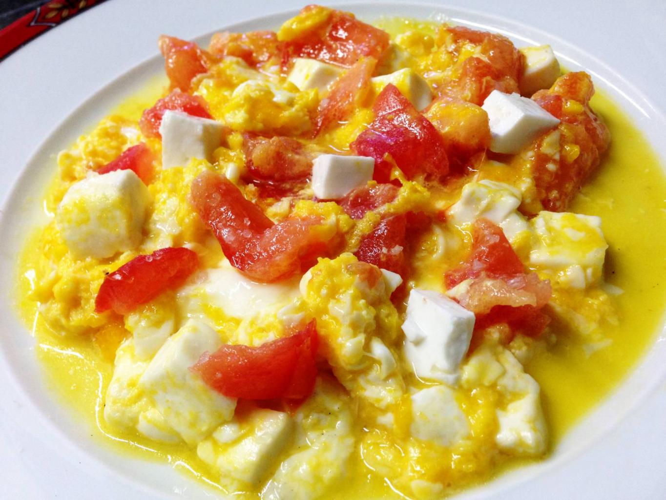 Ovos Mexidos com Tomate e Queijo Fresco