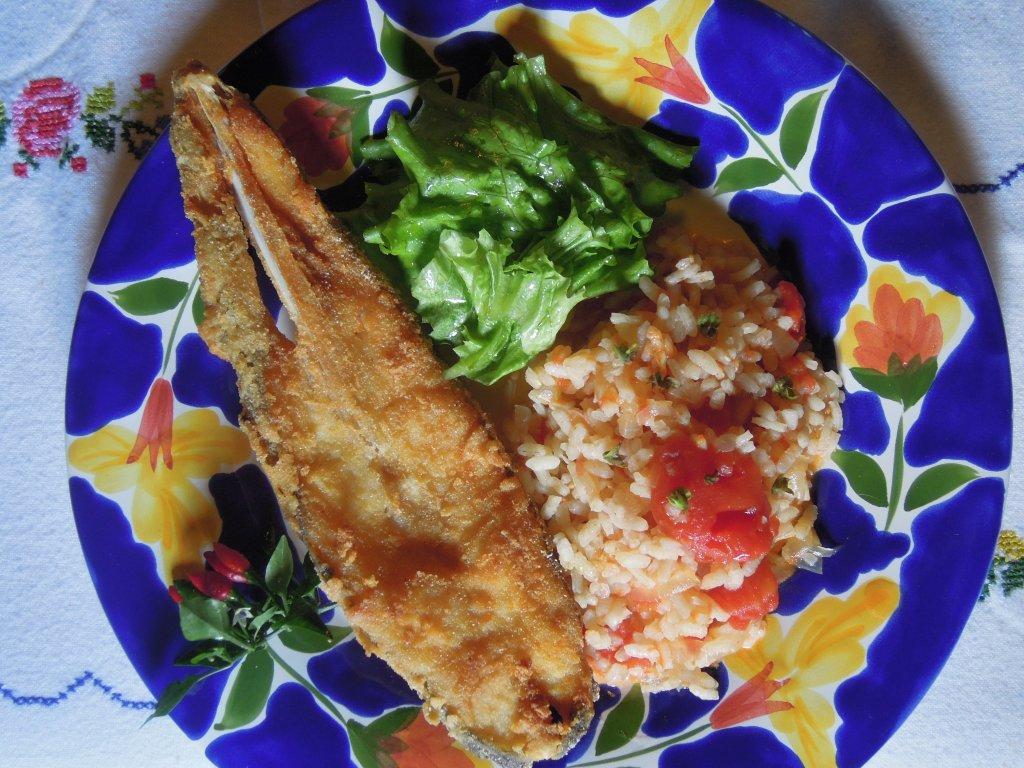 Peixe galo frito, com arroz de tomate e lima