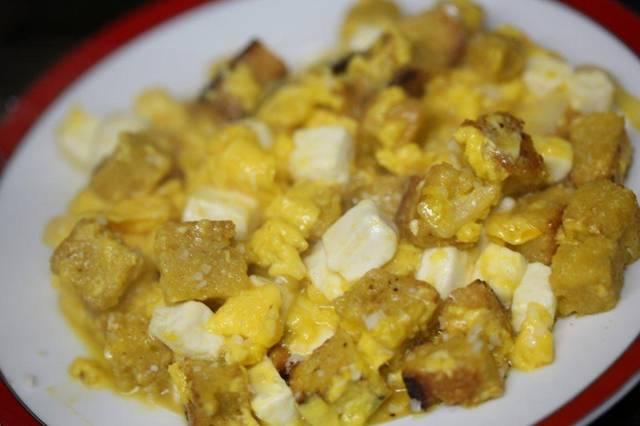 Ovos mexidos com queijo fresco e pão torrado