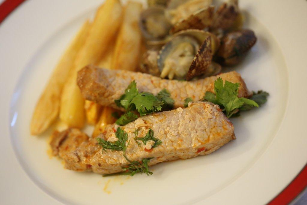Lombo de porco às tiras frito com massa de pimentão e coentros