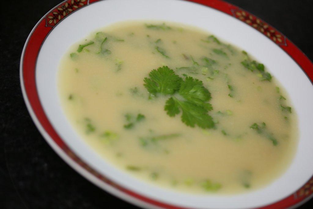 Sopa de cebola e grão com coentros