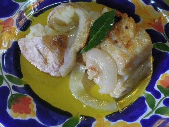 Bacalhau à lagareiro com muito azeite no prato
