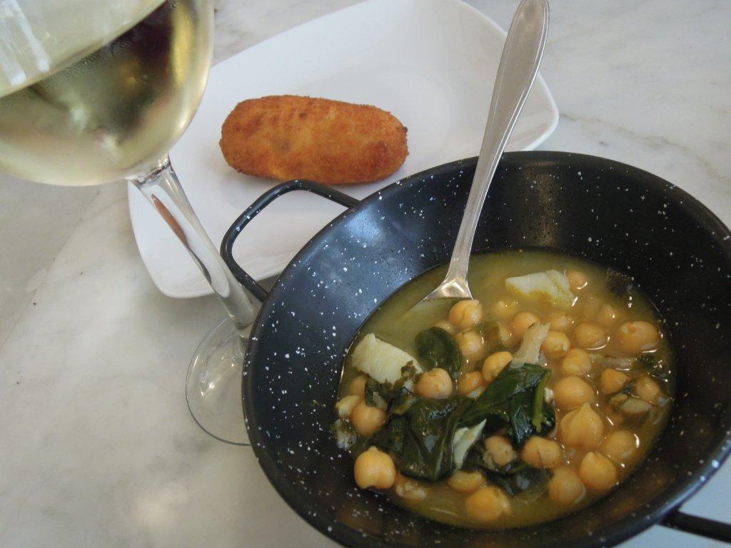 Sopa grão com bacalhau e espinafres da Taberna del Alabardero em Madrid