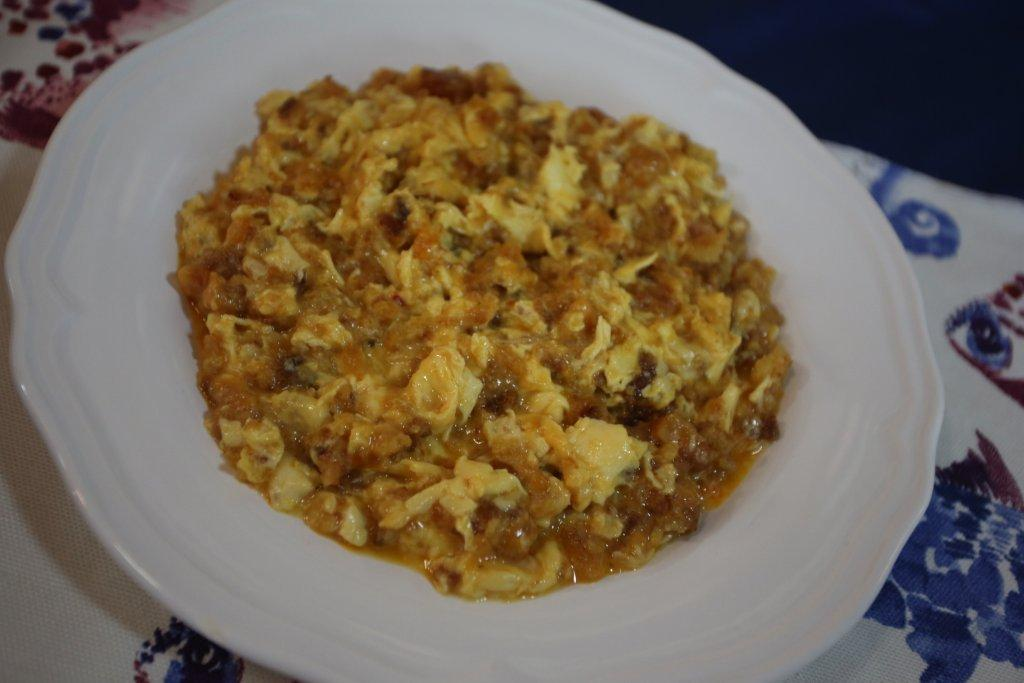 Ovos mexidos com farinheira e broa
