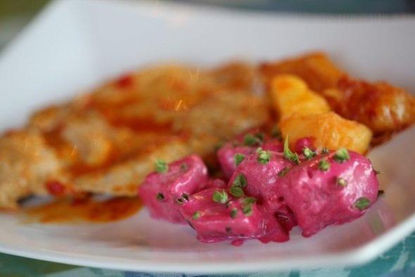 Salada Fria de Batatas com Molho de Beterraba