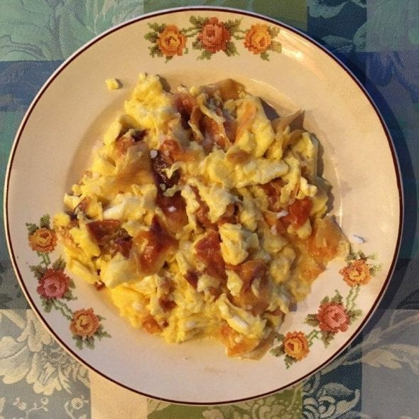 Ovos mexidos com batatas chips