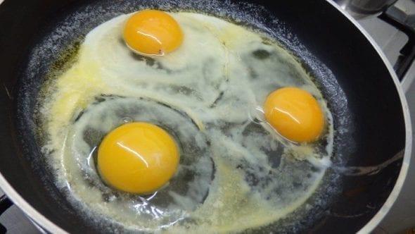 Ovos estrelados com puré de batata