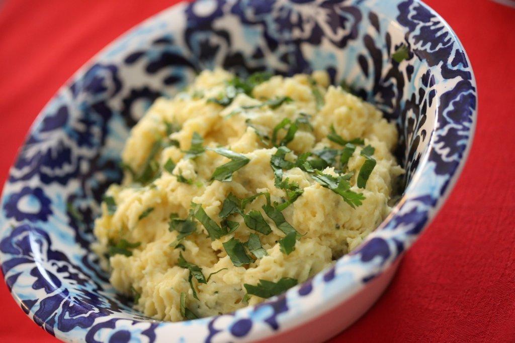 Batatas esmagadas com maionese e coentros