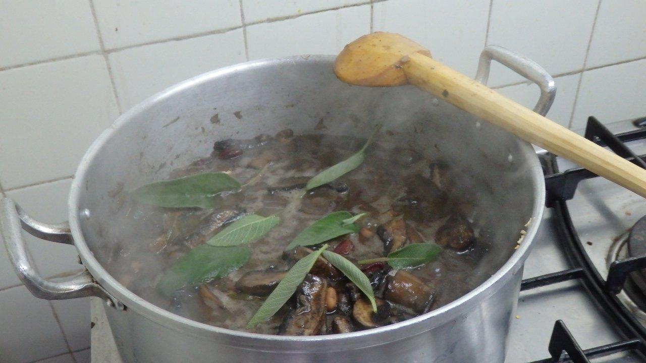 Feijoada de cogumelos e salva