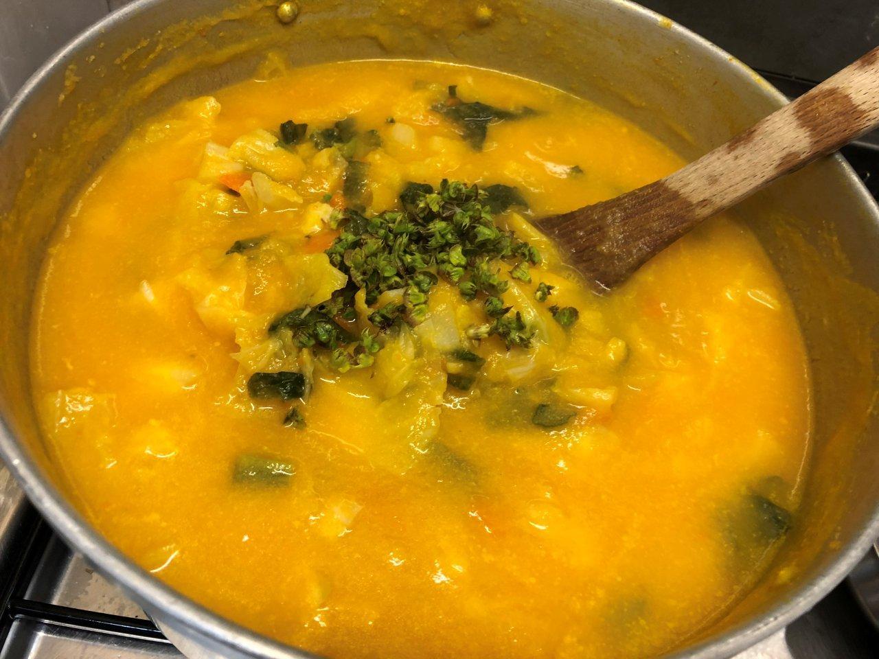 Sopa de Lombardo com manjericão