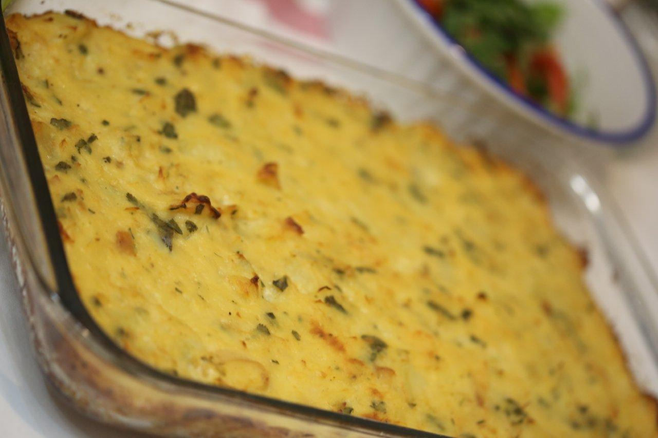 Bacalhau com batatas no forno coberto com molho branco - Grafe e Faca