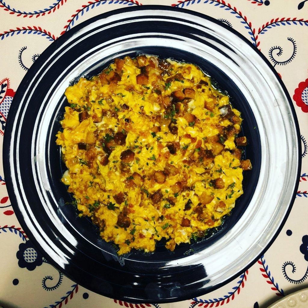 Ovos Mexidos com Pão de Milho, Farinheira e Tomilho