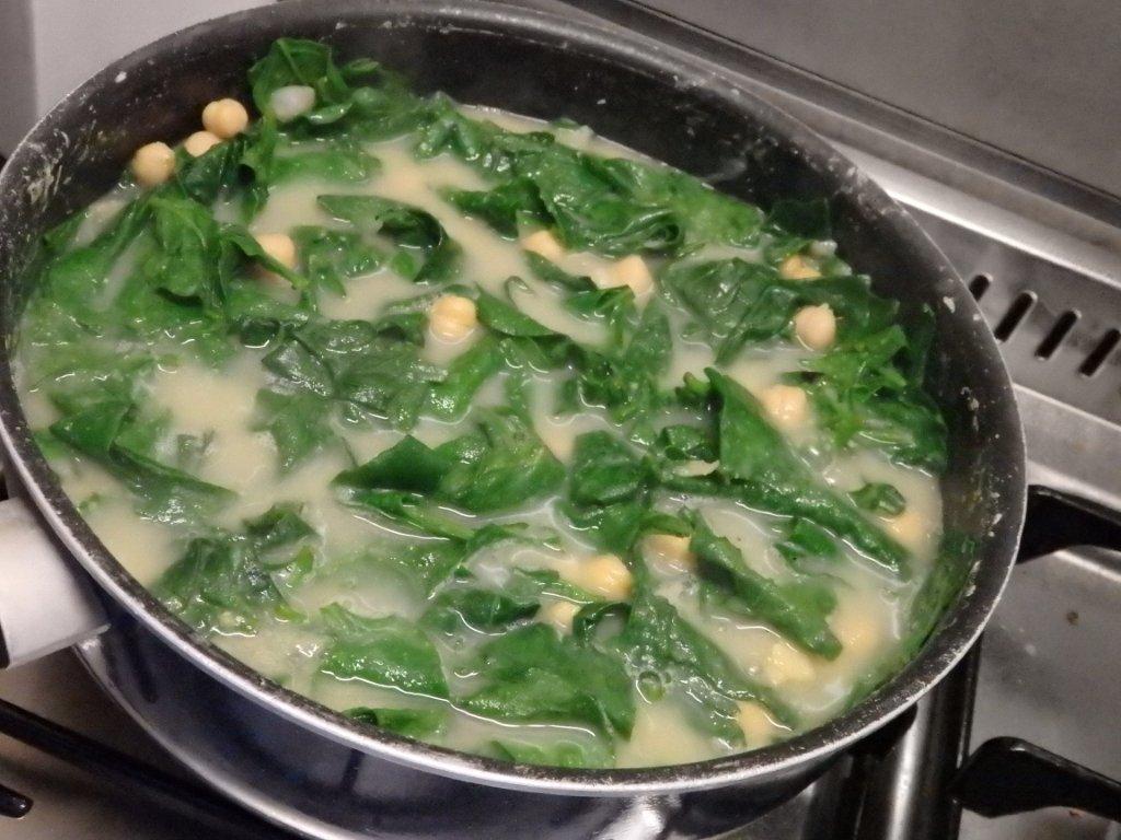Espinafres com grão e ovos