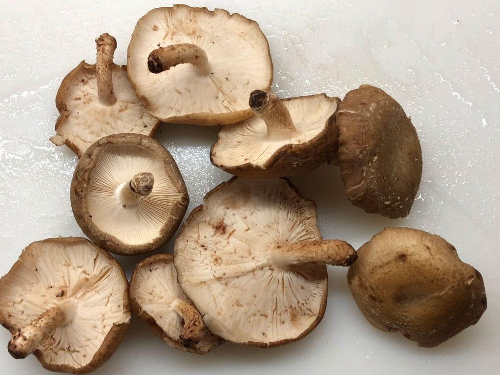 cogumelos_ovos_sementes_salsa_grafe_e_faca