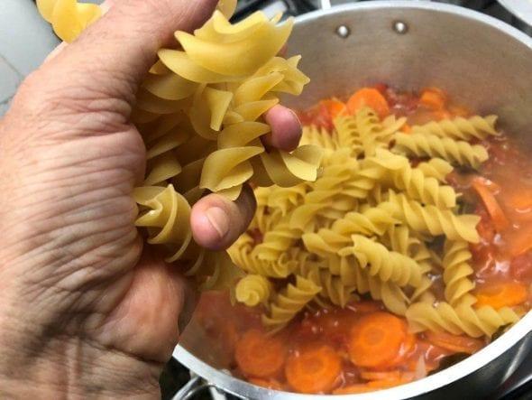 Sopa de Jardineira com Espirais Gigantes