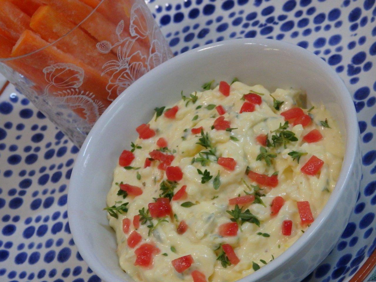 Molho de maionese com tomate e tomilho limao