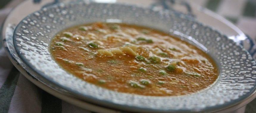 Sopa de abóbora com massa e ervilhas