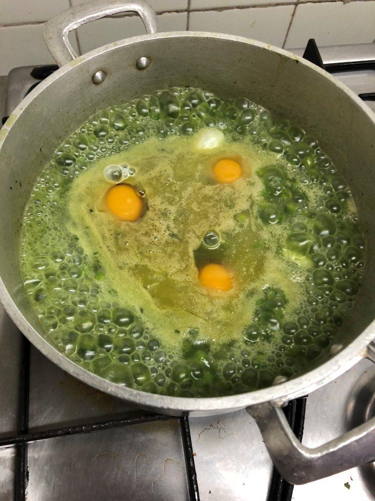 Ervilhas Cozidas com Ovos Escalfados