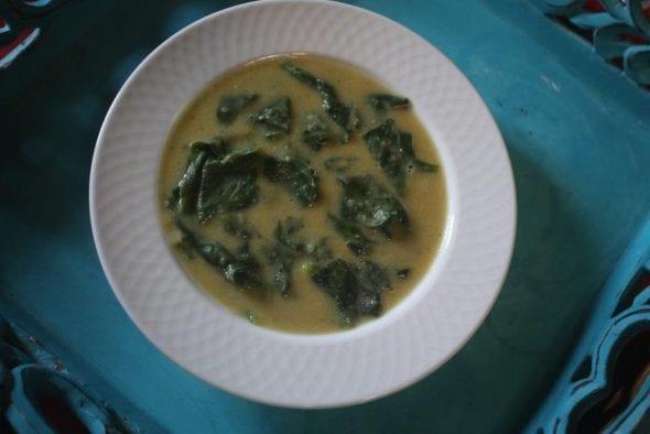 sopa Sopa em Creme de Chícharos com Espinafres grafe e faca sopa chicharos espinafres 6 590x394