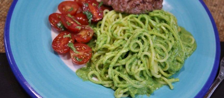 Esparguete fresco como molho de espinafres
