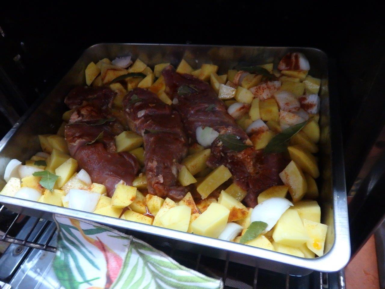 lombinhos de porco assado no forno com batatas Lombinhos de porco assado no forno com batatas Lombinhos de porco assado no forno com batatas 5
