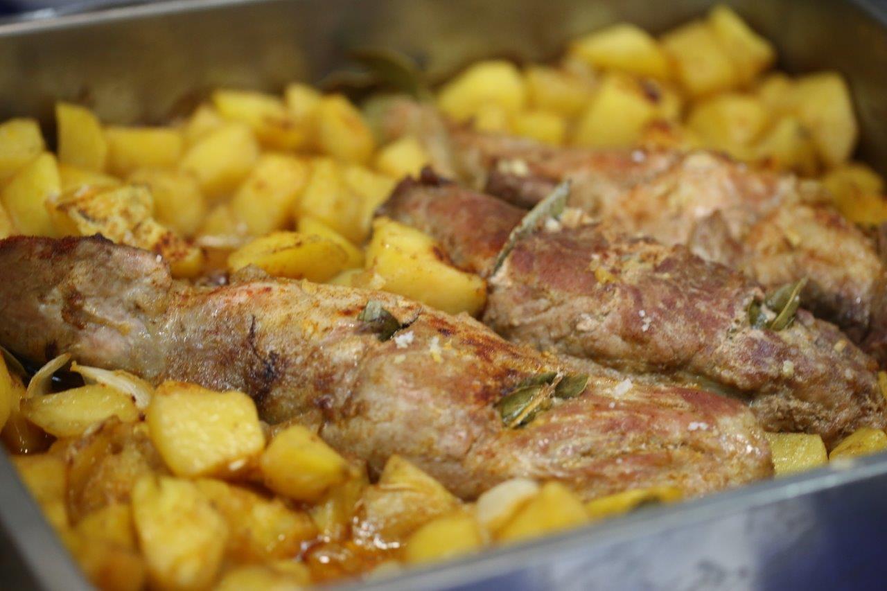 lombinhos de porco assado no forno com batatas Lombinhos de porco assado no forno com batatas Lombinhos de porco assado no forno com batatas 7