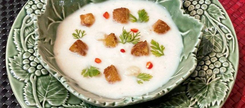 Sopa de couve-flor com pão frito e coentros