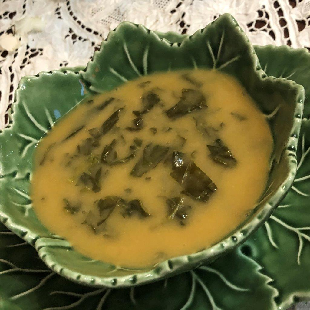 Sopa de feijão branco com abóbora e espinafres