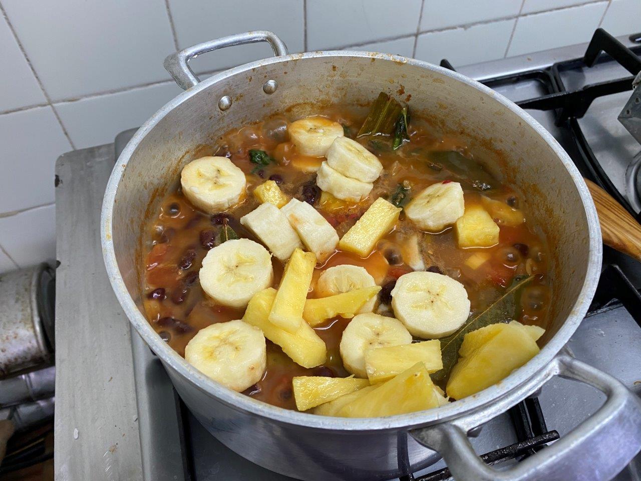 Feijoada vegan exótica de banana e ananás