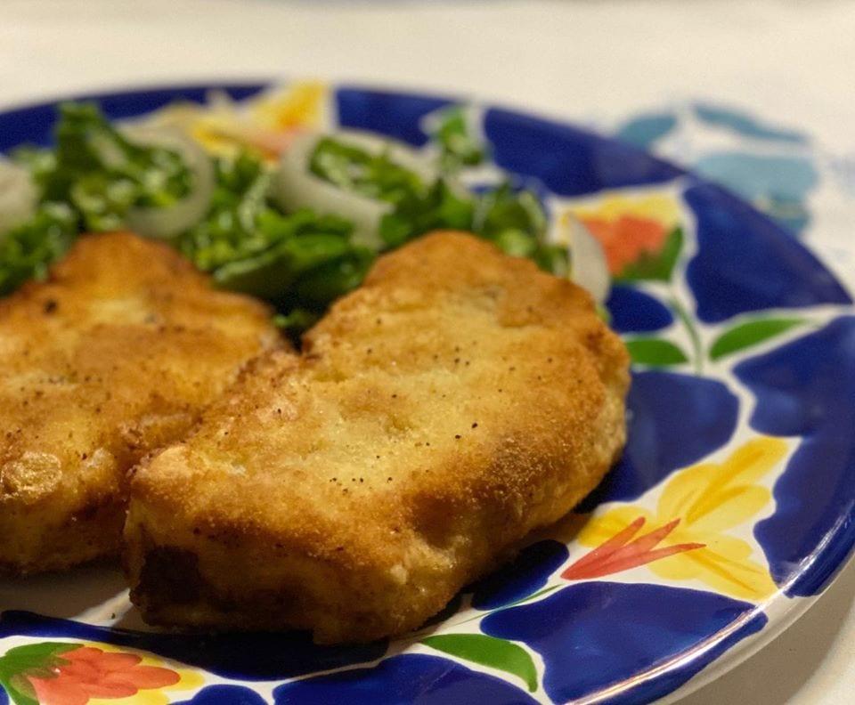 Empadão frito com salada